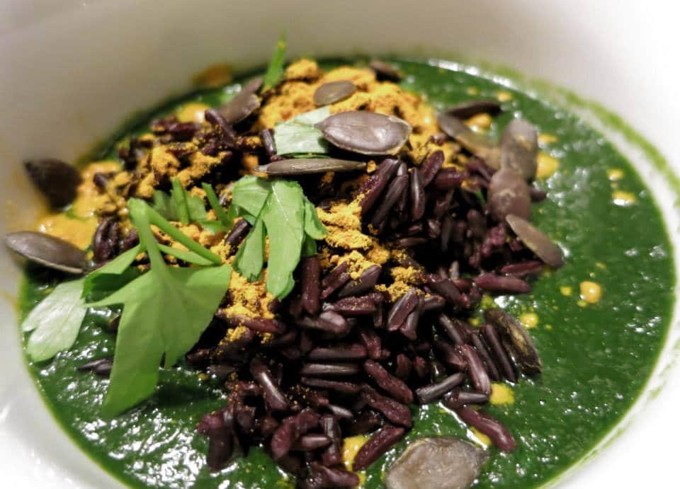 Soupe d'épinards-miso et riz noir